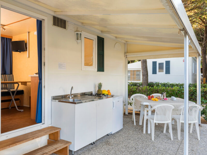 Caravan - veranda with table and kitchen